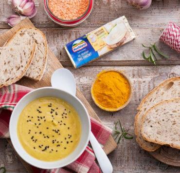 Rozgrzewająca zupa krem z soczewicy z kurkumą i serem kremowym 25